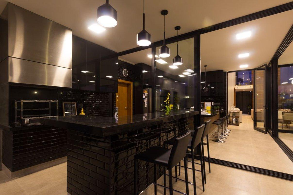 A utilização dos mesmos revestimentos de parede e piso na Cozinha Interna e Área de Lazer Externa reforçam a integração destes espaços como proposto no projeto arquitetônico.