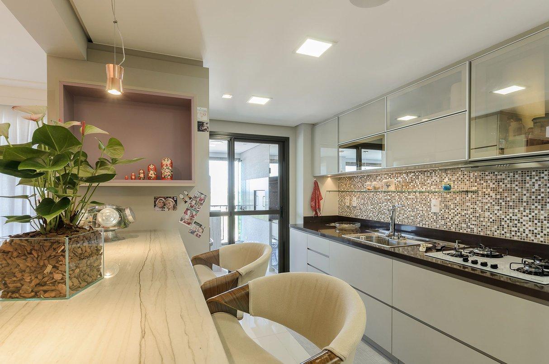 A cozinha integrada ao living merece acabamentos lindos como esta bancada e o acabamento portobello!