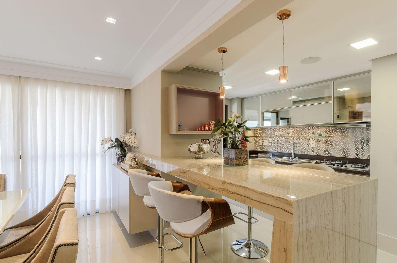 Bancada para café da manhã mas também para servir petiscos faz a integração entre cozinha e sala de jantar.