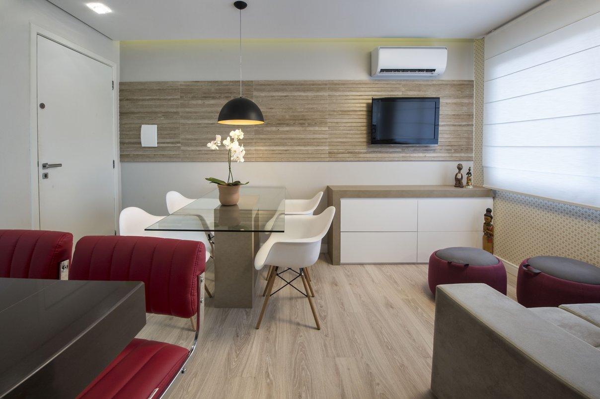A ambientação com clapboard na parede, papel de parede nos mesmos tons contrastam com os pufs e banquetas em tonalidade avermelhada. Paredes revestidas com Clapboard Canela 30x90cm RET.