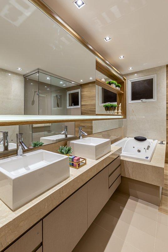 banho casal com beige versalles na área da banheira e passadeira em araucaria clara