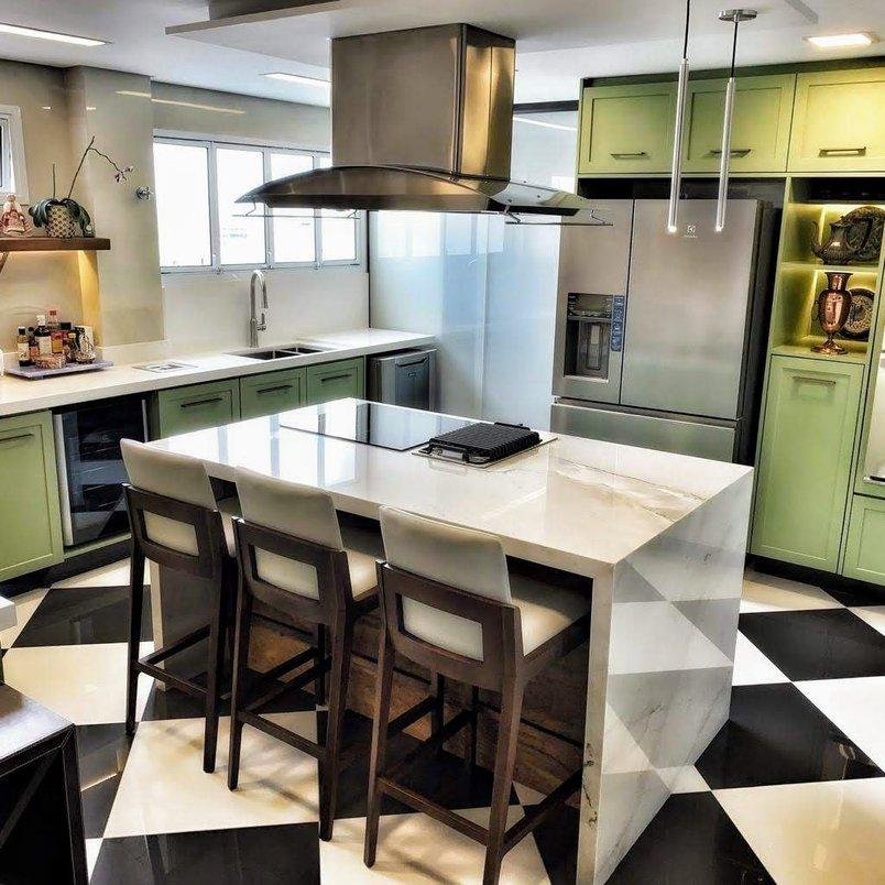 Cozinha com ilha em mármore e armários em laca.