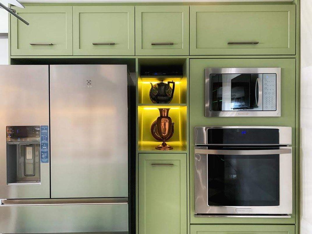 armarios em laca com iluminação indireta e eletrodomésticos em inox
