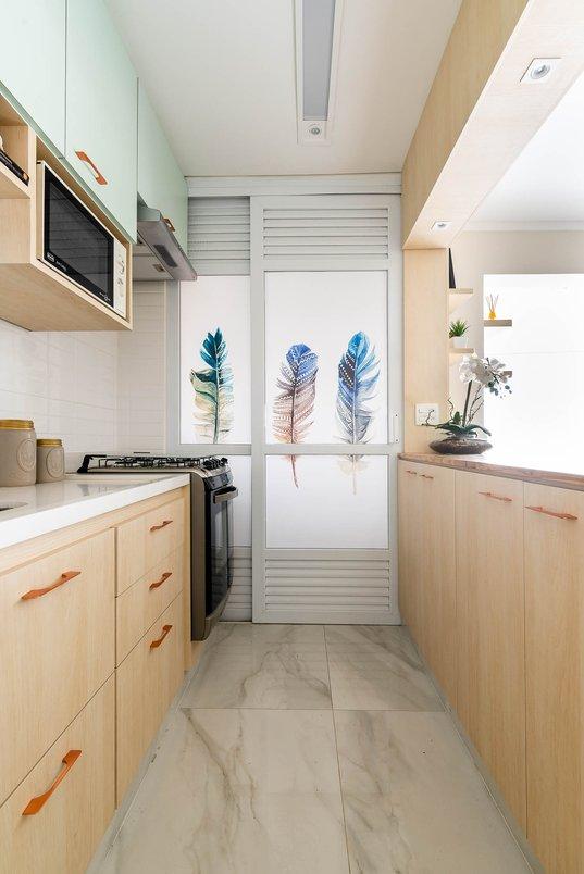 Cozinha leve e aconchegante.