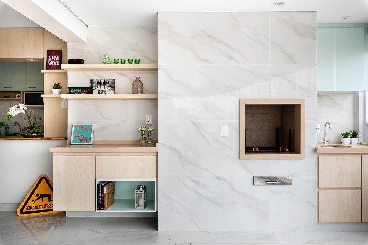 A churrasqueira é um lugar que geralmente é muito usado então além da praticidade demos um toque sofisticado. Destaque para o revestimento marmorizado do piso que vira na parede e molduras em quartzo bege dando um acabamento perfeito!