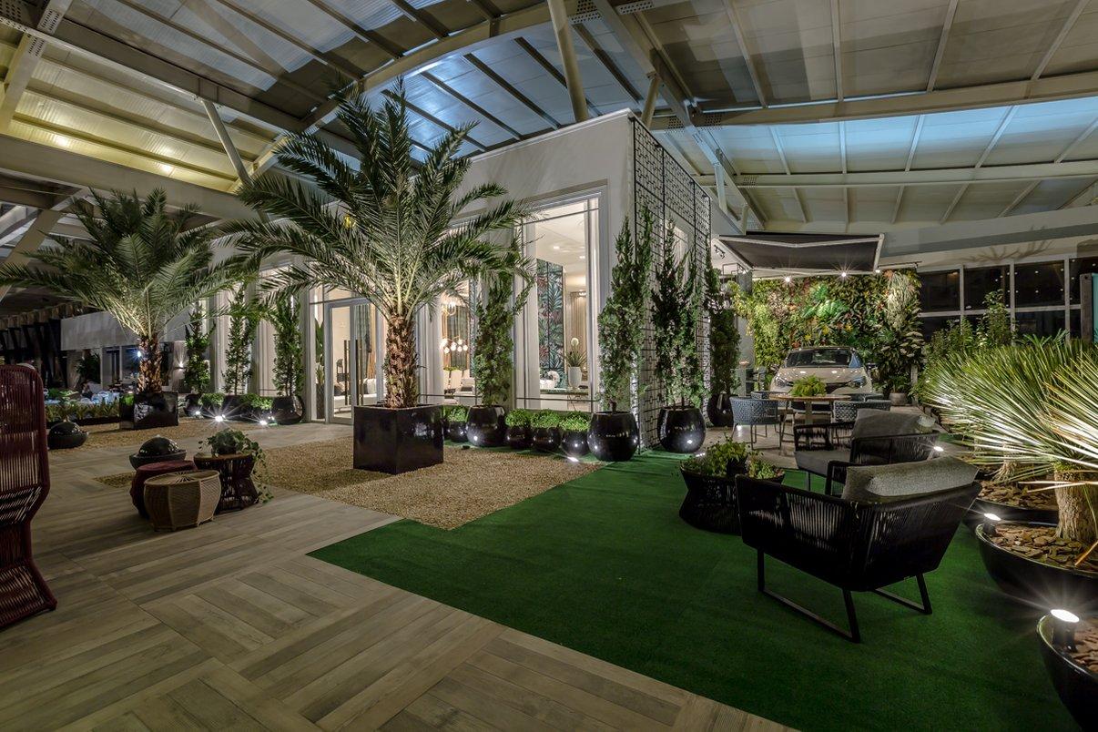 Plantas artificiais e naturais colocam o verde em destaque em pontos específicos do projeto. Foto: Henrique Kotaka