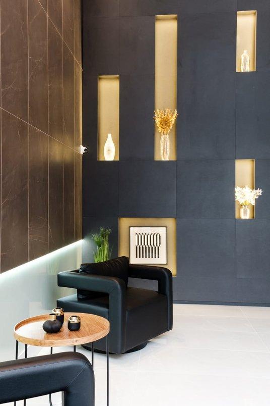 Hall moderno com uso dos revestimentos Gris Armani Polido, Bronze Armani Natural e B.I.S. Grafite Natural