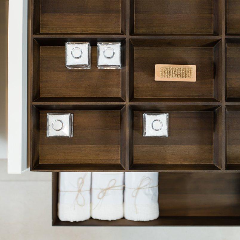 Sistema modular e componível Sistema de módulos independentes em formas ortogonais estruturam uma forma inovadora de mobiliar banheiros e também outros ambientes da casa. Como acessórios, a #SerieCodice traz gavetas de madeira natural, com ou sem divisórias internas. A madeira complementa o porcelanato, em uma combinação perfeita de materiais. Além da estética, as gavetas são funcionais, potencializando a organização. Design assinado por @jaderalmeida. Codice Bandeja | Codice Nicho | Codice Gaveta Nogueira #Portobello: Area White