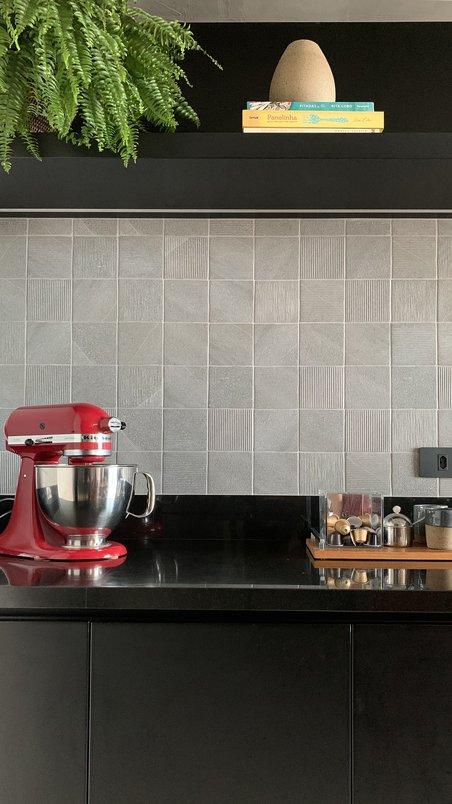 A cozinha KR foi projetada para trazer a personalidade dos clientes à esse ambiente. Optamos por utilizar tons neutros, onde a decoração daria o toque de cor. O revestimento Paisano Mix Acero foi perfeito para esse conceito pois apesar de ter um tom neutro, o jogo de texturas diferentes que ele apresenta quebra a possível monotonia do cinza. No piso utilizamos o porcelanato Berliner Weiss que se encaixou perfeitamente ao projeto.