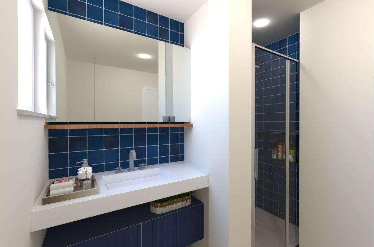 Um banheiro em tons de azul e marinho leve e versátil.