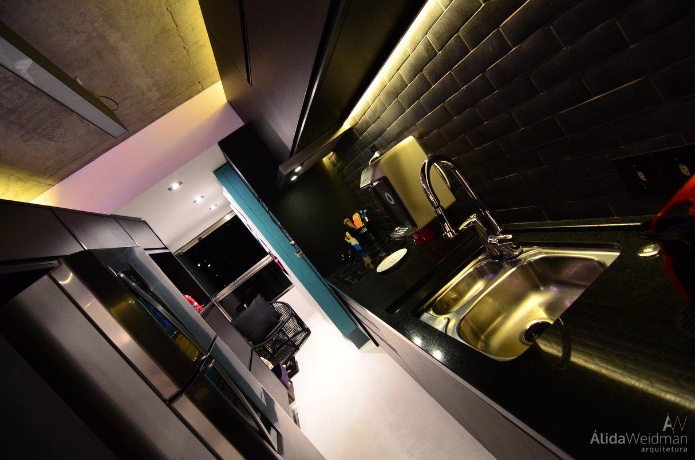 Cozinha por Álida Weidman Arquitetura com MATTONE NERO da Linha Pietre e Mattoni.
