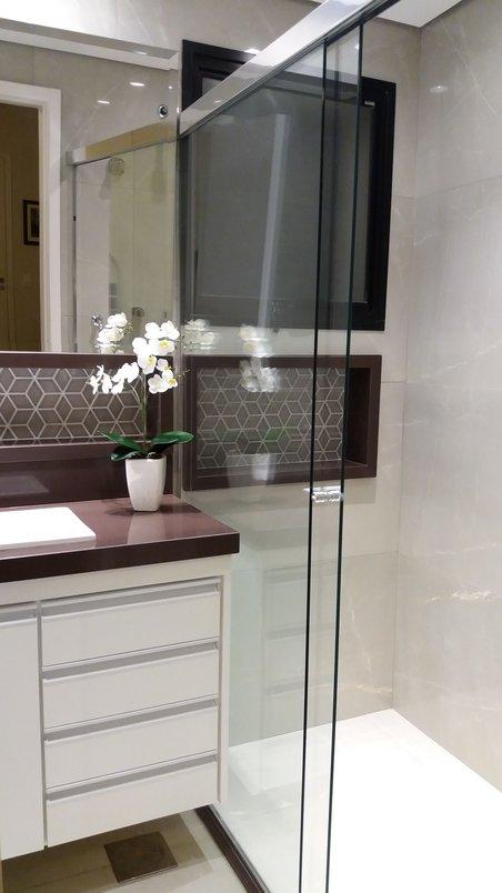 Porcelanato Gris Armani Polido nas paredes e Gris Armani Natural no chão. Pastilha Cúbica Argento nos nichos.