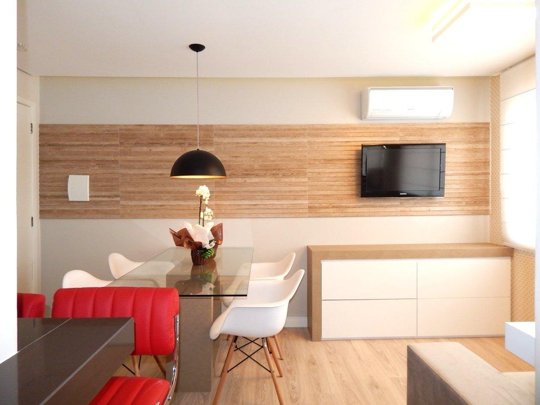 Sala de jantar e estar projetado pela Arquiteta Gabriela Corbellini usando o Clapboard Canela 30x90