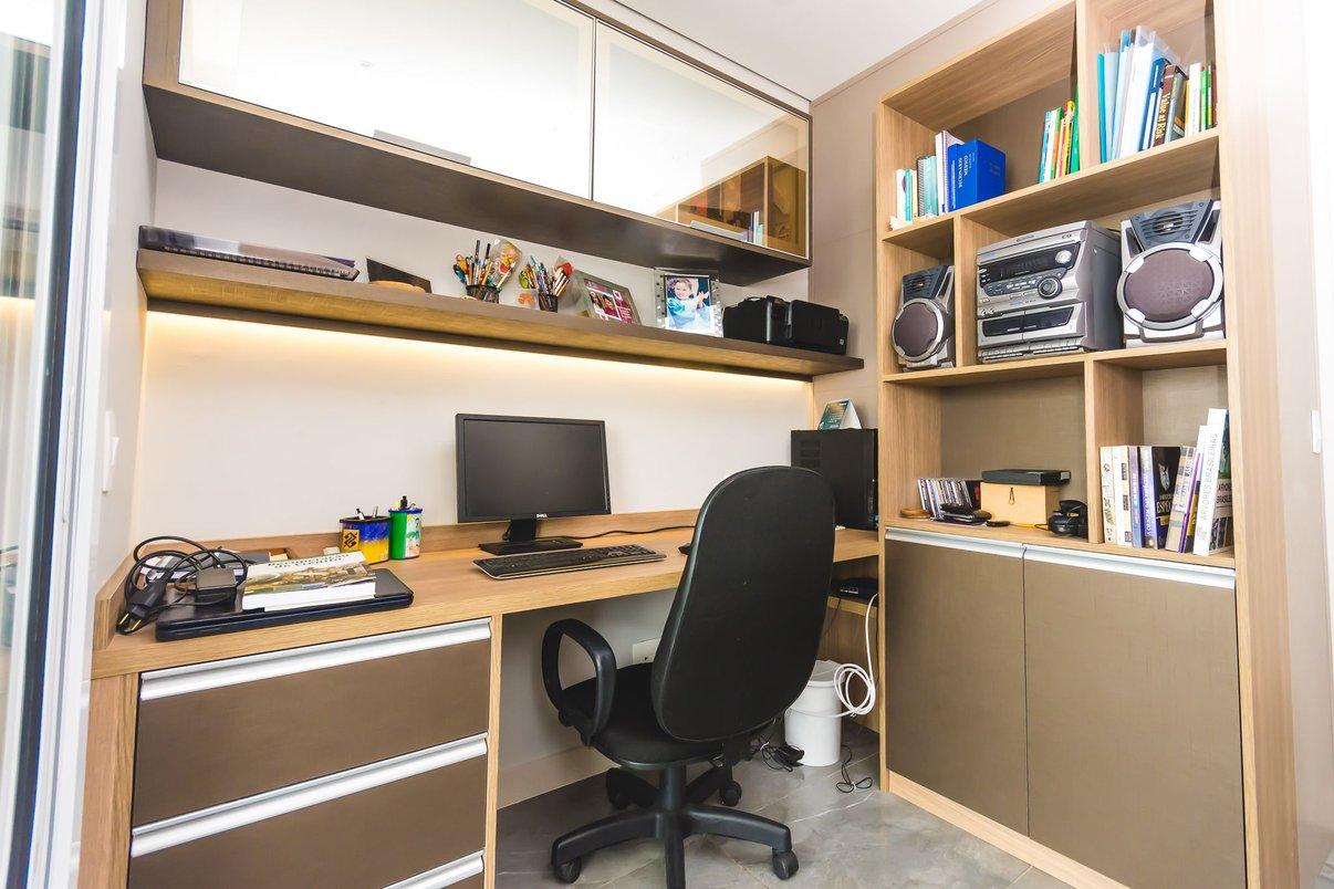 foto mostrando armários , prateleiras, gaveteiro e mesa