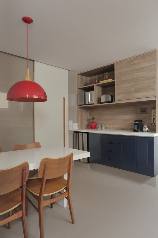 Cozinha azul com madeira