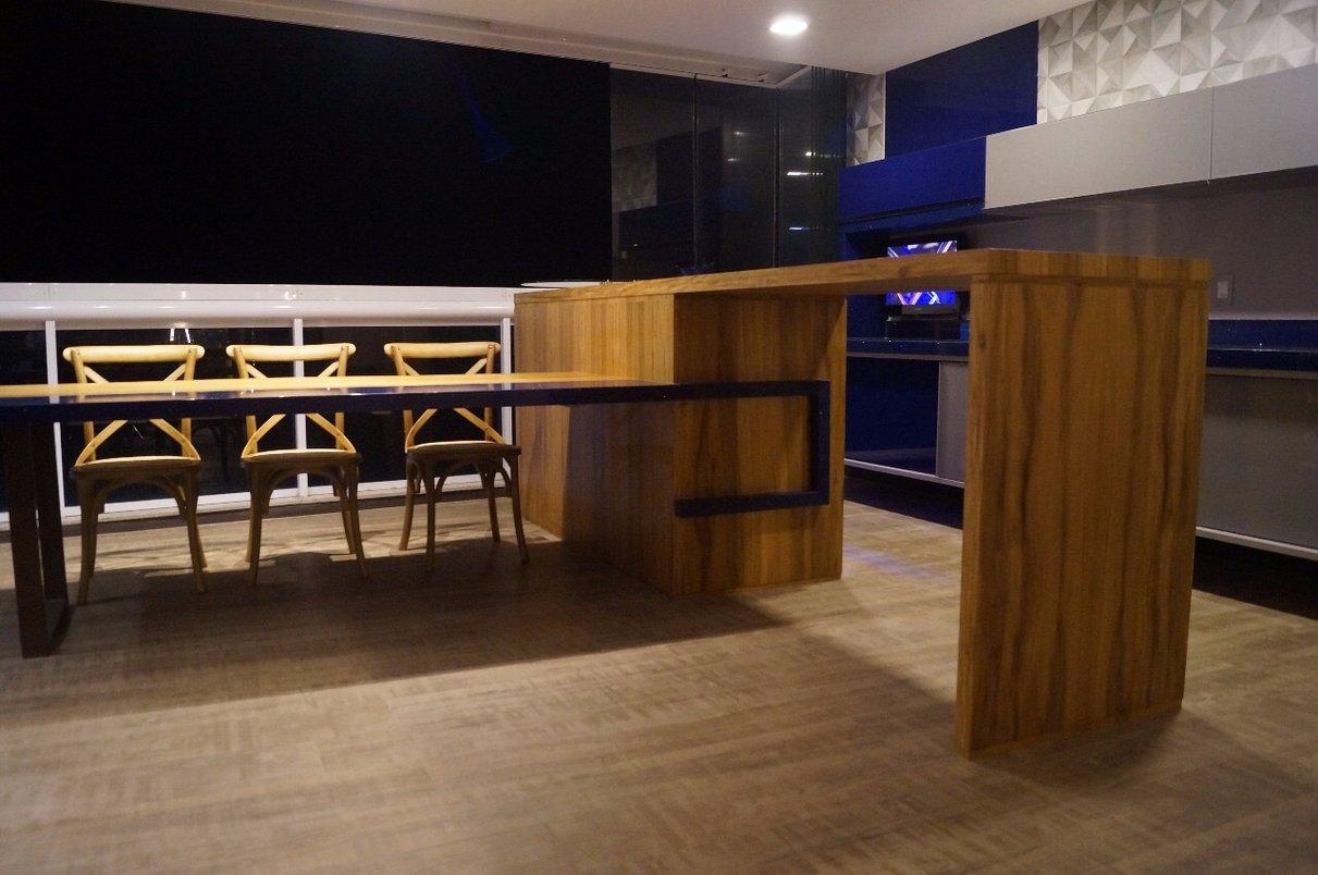 Varanda Gourmet com o piso inspirado na madeira canela de demolição