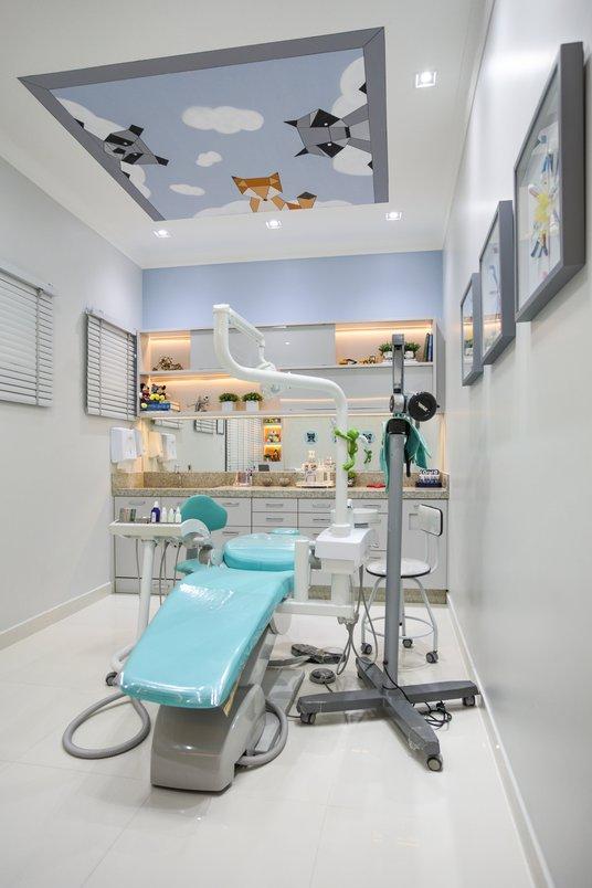 pintura lúdica no teto para entreter os pequenos pacientes enquanto são consultados.