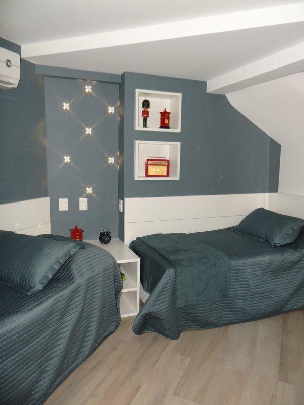 Quarto dos filhos de um apartamento situado no bairro do Rio Vermelho. O piso usado foi Teca Suave 20x120