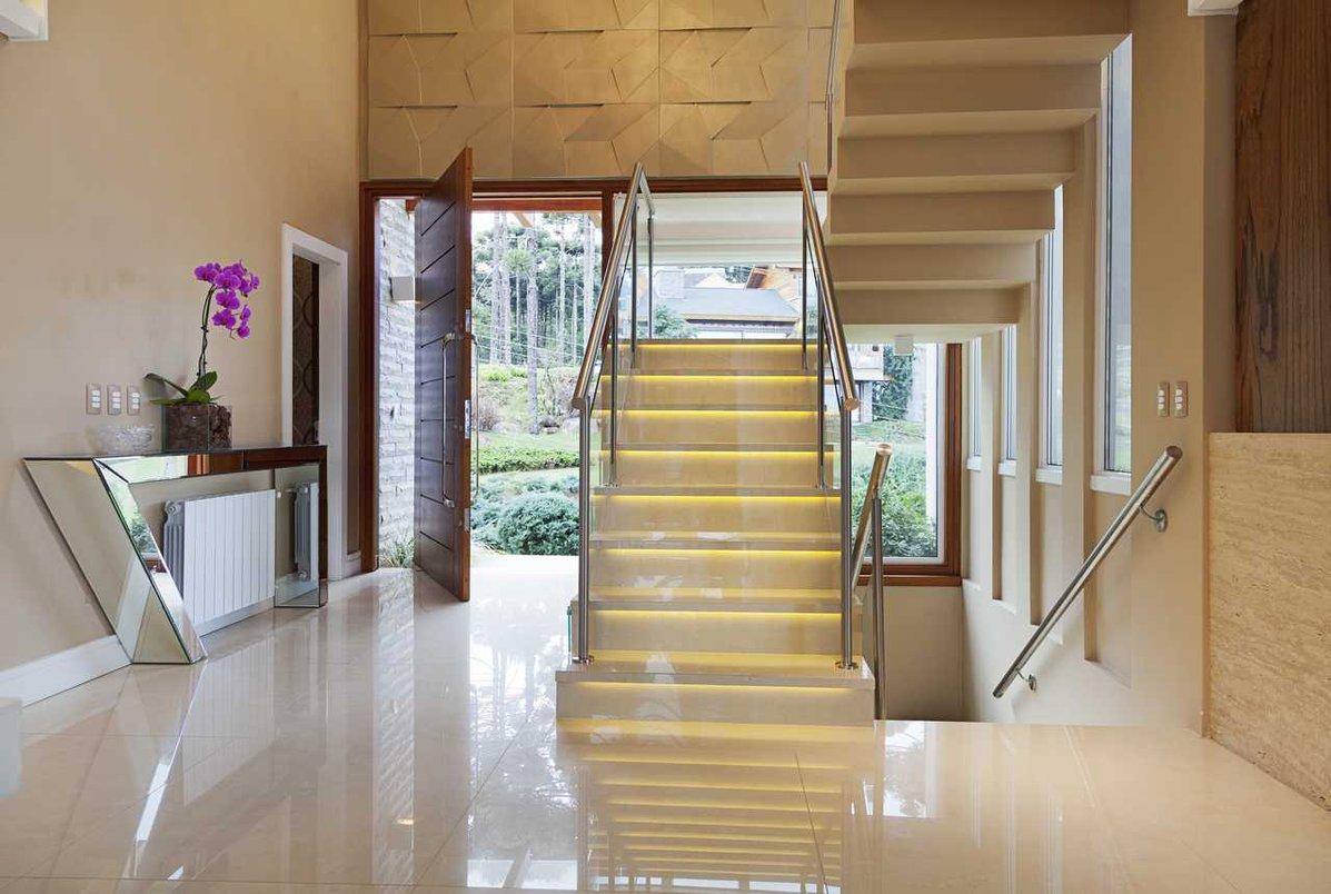 Escada esculpida em porcelanato Perlino Bianco 90x90, com luz embutida.