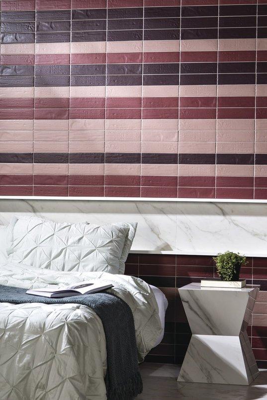 Quarto com personalidade, colorido, tijolos coloridos na parede e cabeceira de mármore.
