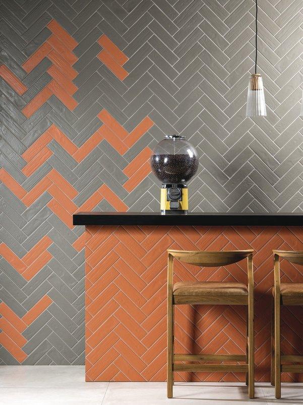 Bancada e parede de lanchonete, bar, restaurante com tijolo laranja e cinza.