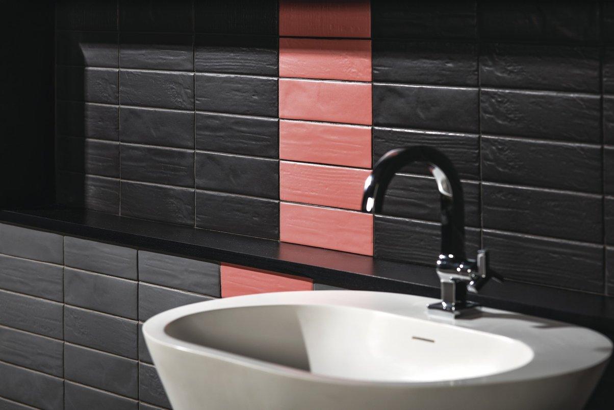 Banheiro lavabo com tijolo rosa e preto.