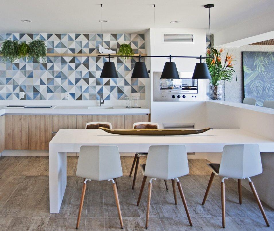 Cozinha gourmet com bancadas e mesa em corian branco - piso e parede com revestimentos Portobello