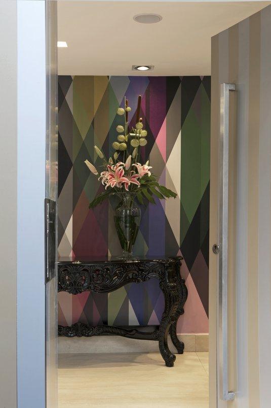 Acesso principal. Hall de Entrada. Piso Porcelanato Marmi Classic, Travertino Navona Crema 0,60 X 1,20 m Portobello.
