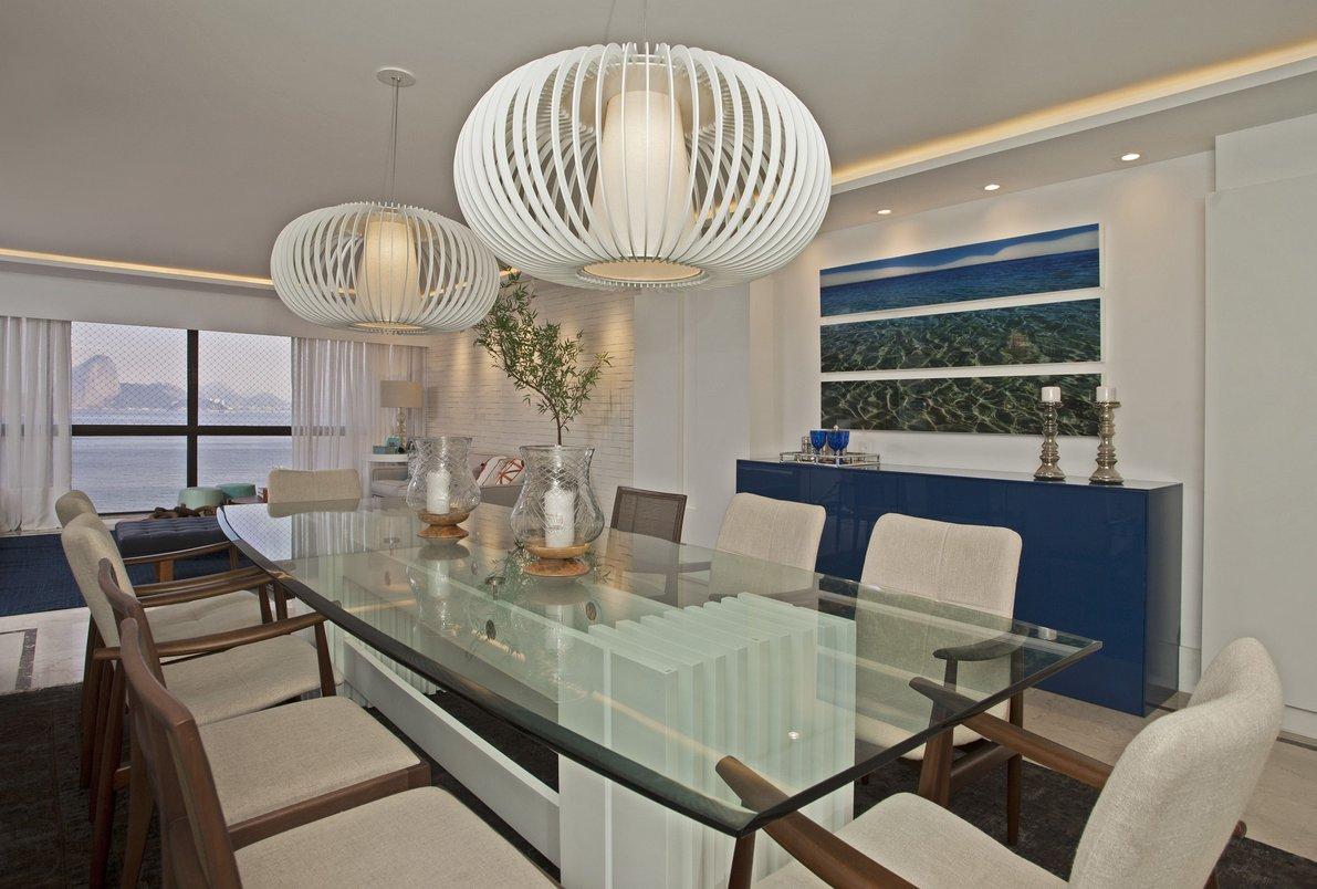 Os tons de azul também aparecem da área do jantar, trazendo o mar para dentro da sala