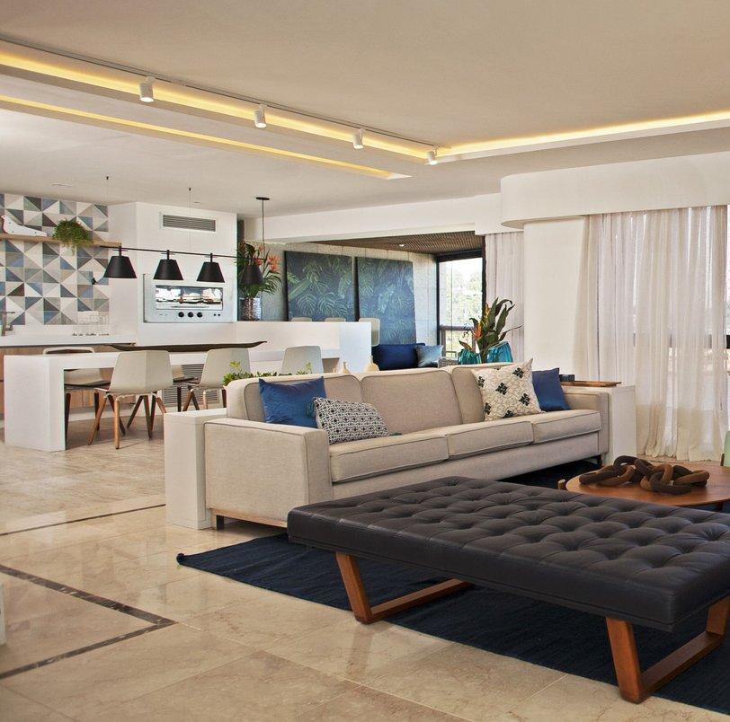 Integração da sala de estar com área gourmet - escolhemos o Eucalipto Autoclavado Pátina para acompanhar o piso existente em mármore, que foi recuperado.