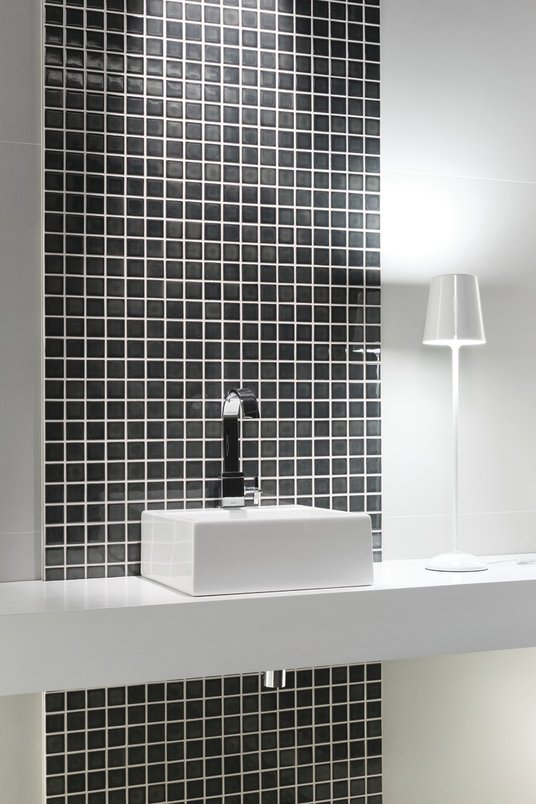 Banheiro preto e branco - monocromático. Pastilhas pretas.