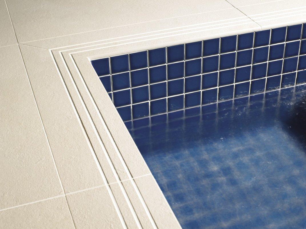 Pastilha azul na piscina.