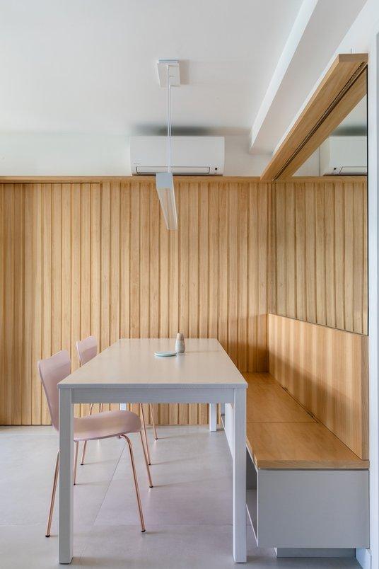 Sala de jantar integrada com a cozinha e a sala de estar. O piso de grandes dimensões 120x120 reforçou a integração entre esses espaços, formando um plano único de convivência.