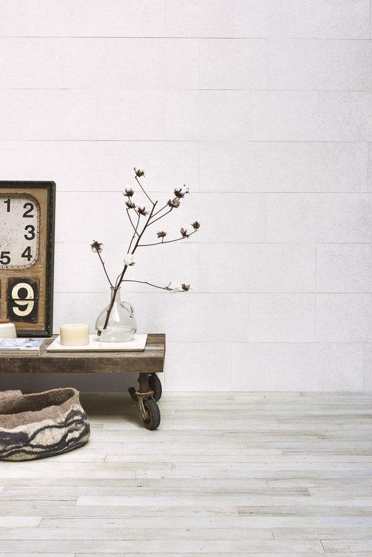 Sala com piso em porcelanato madeira branca