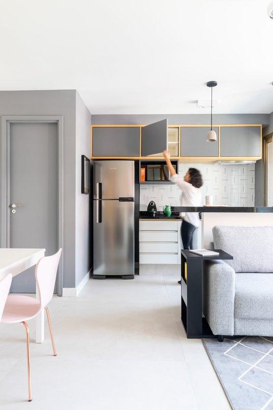 Cozinha integrada com o espaço social do apartamento.