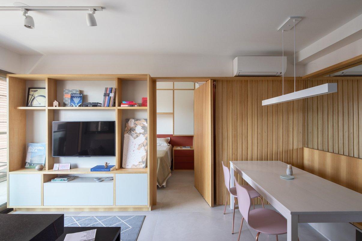 Sala de estar integrada com a cozinha e a sala de jantar. O piso de grandes dimensões 120x120 reforçou a integração entre esses espaços, formando um plano único de convivência.