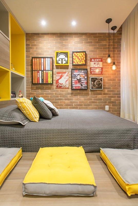 Este quarto buscou atender a nova fase da vida com bastante espaço para receber amigos em um ambiente descontraído.