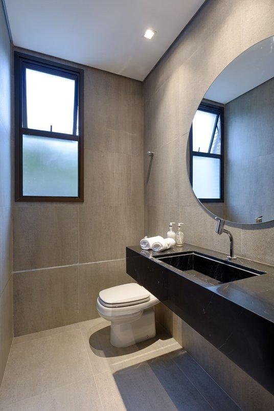 Banheiro de apoio ao Salão de Festas com piso e paredes em porcelanato Portobello St Remy Argento, 60x60cm.