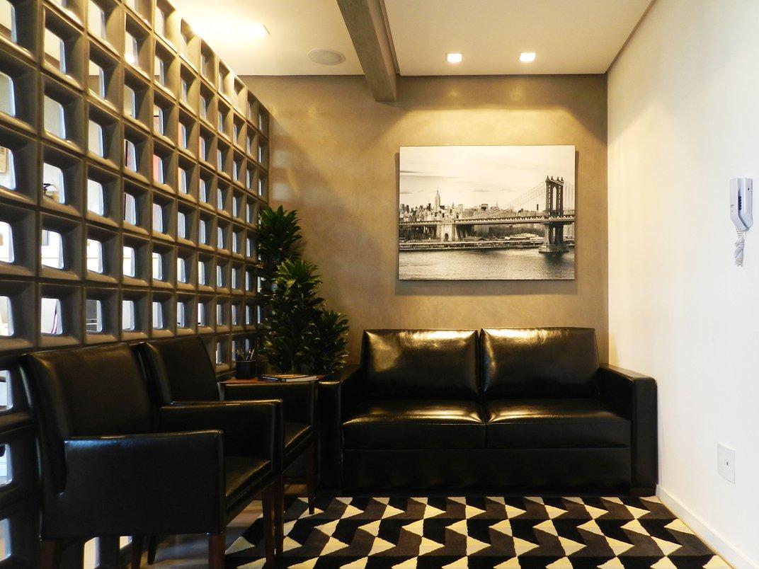 Foto do Ambiente de Estar do Escritório, ao fundo o painel de cobogós Planalto Graphite 21X21 MATT.