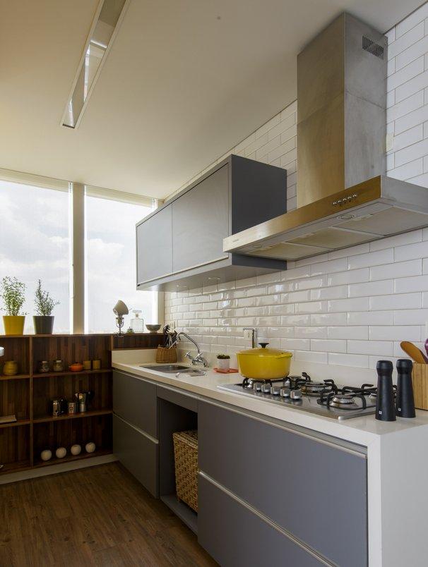 O revestimento Liverpool White está presente em toda a parede da cozinha, aonde se concentram o fogão e a cuba, justamente nas áreas que a limpeza precisa ser mais fácil.