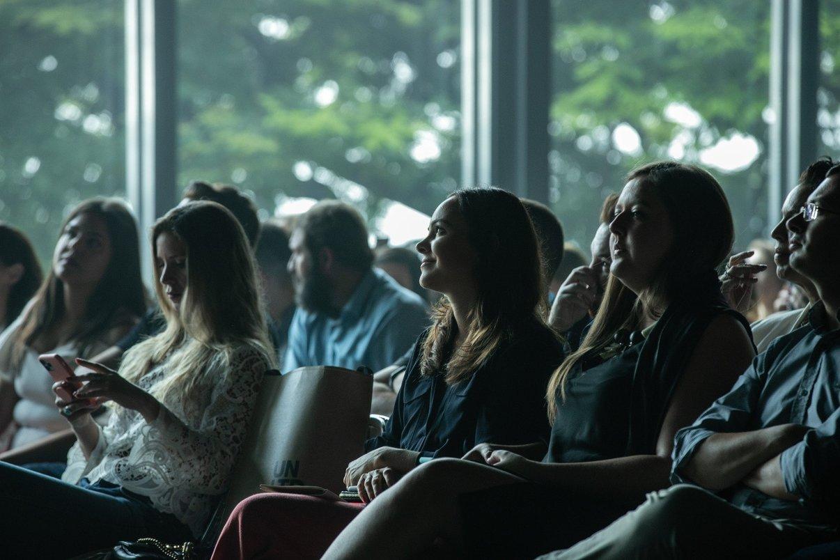 Arquiteta Patrícia Pomerantzeff atenta a palestras do Archtrends Summit.
