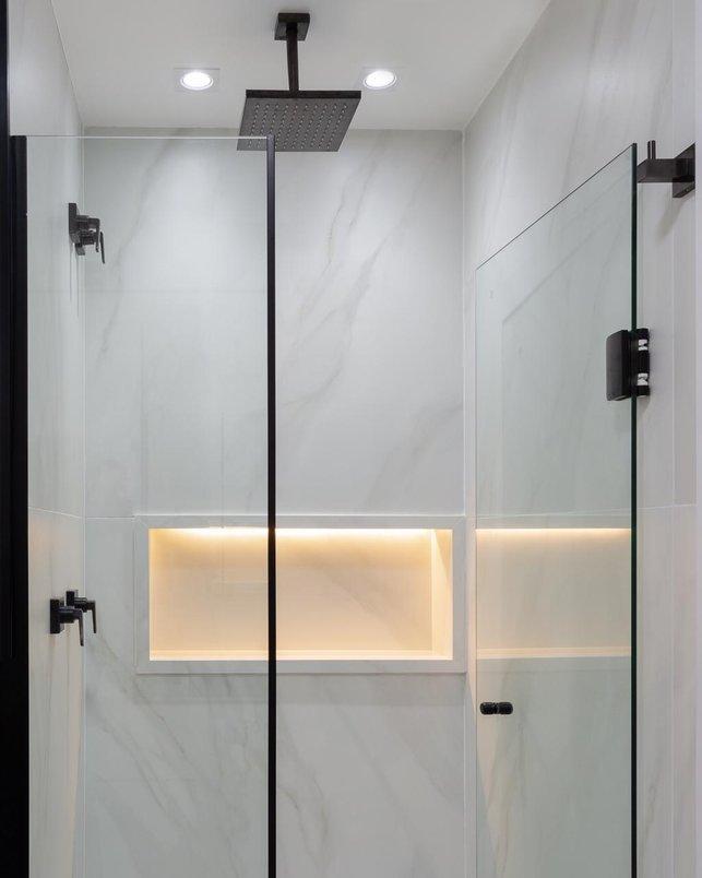 Chuveiro de teto, metais e ferragens do box em preto deram personalidade a esse banheiro incrível!