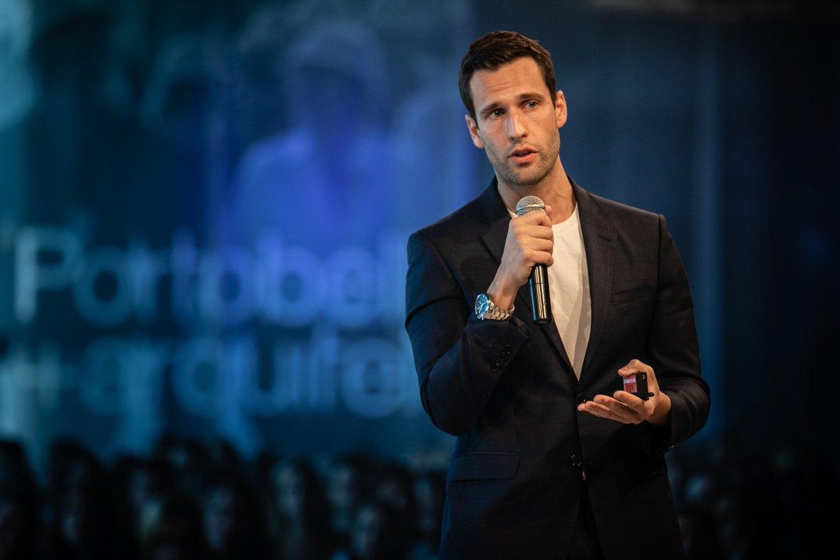 """Pedro Andrade em sua palestra, """"O que aprendi em 60 países""""."""