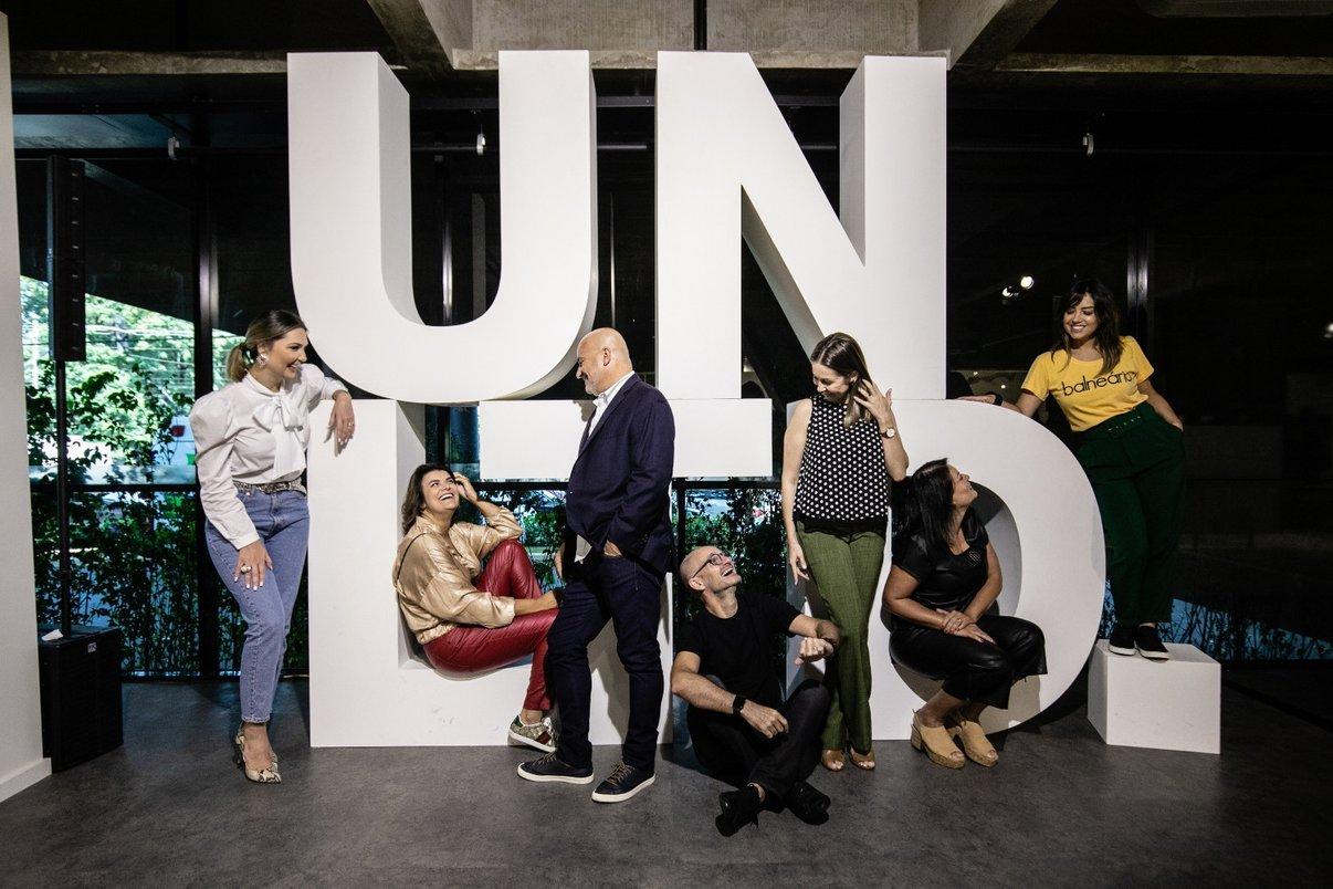 Arquitetos e designers posam no totem da Coleção UNLTD.