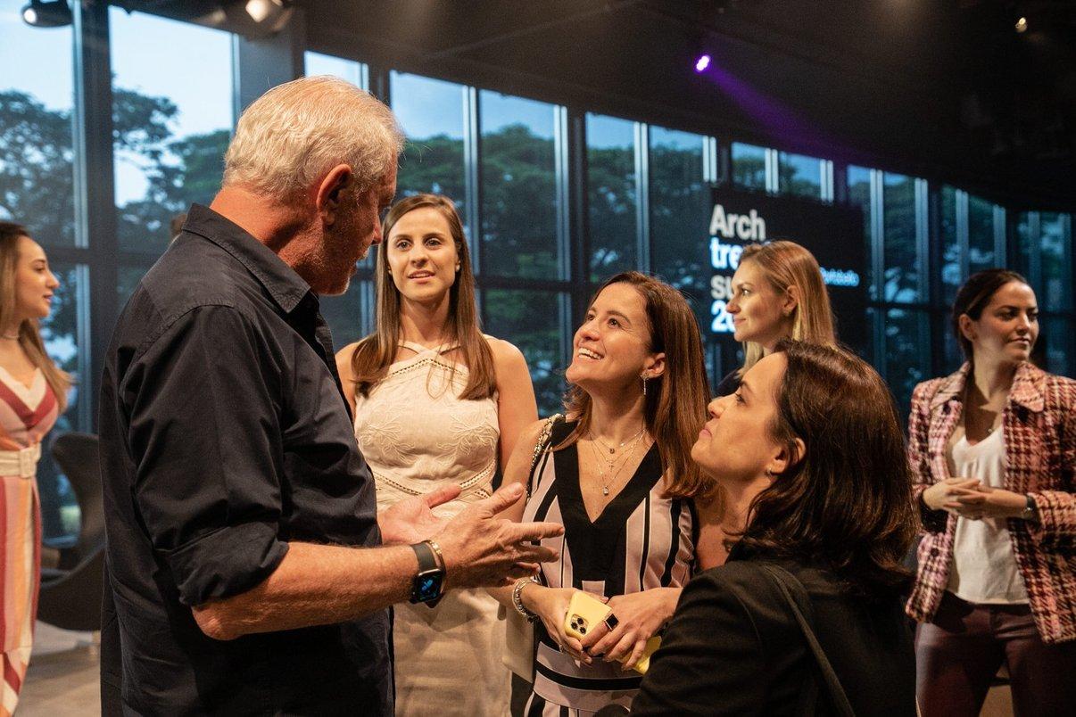 Designer de joias Antonio Bernardo conversa com profissionais participantes do Archtrends Summit.