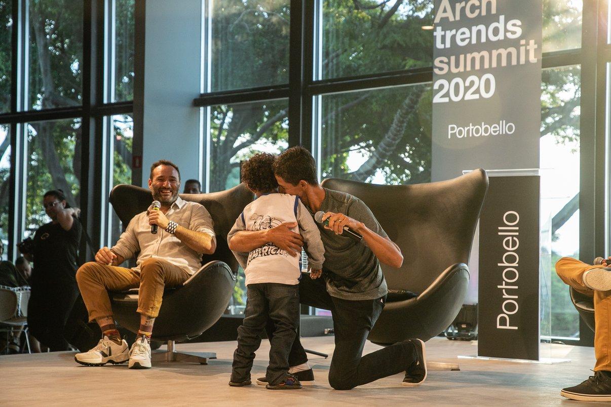 Momento emocionante quando artesão Itamacio dos Santos abraça seu filho no palco.