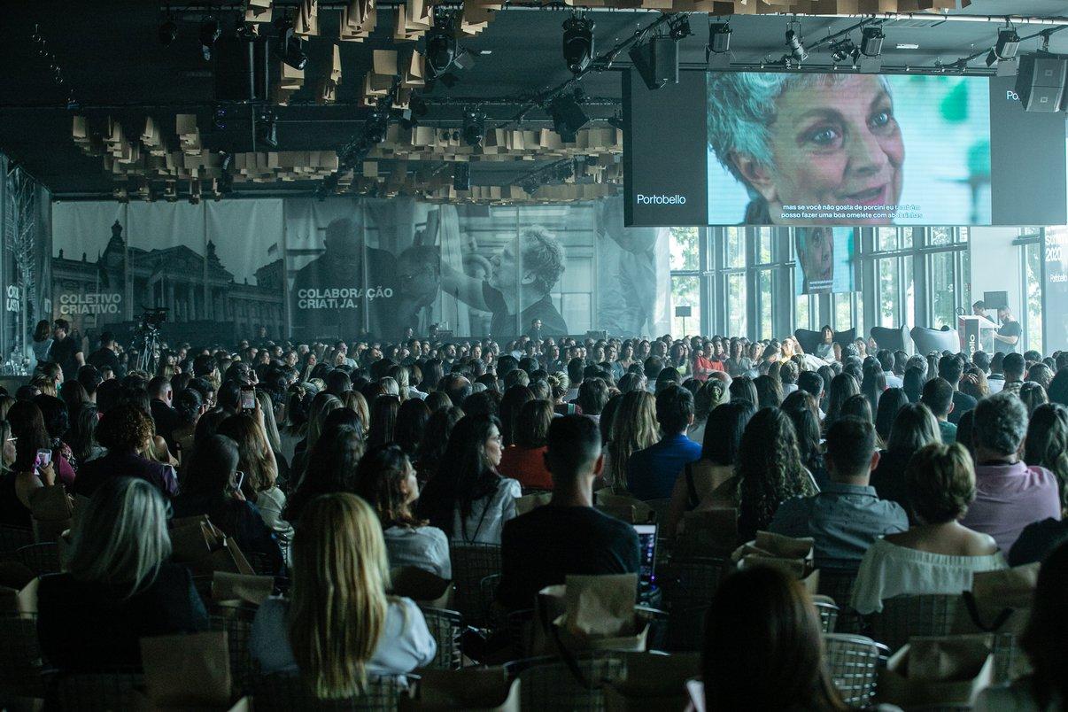 Plateia assiste ao vídeo da designer Paola Navone.