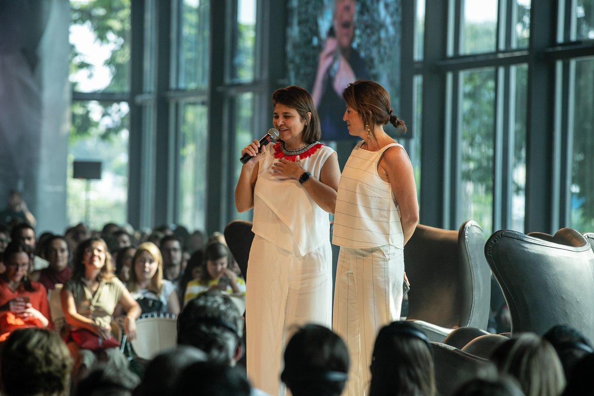 Christiane Ferreira, Diretora de Branding e Inovação da Potobello, ao lado da diretora da Casa Vogue, Taissa Buesco.