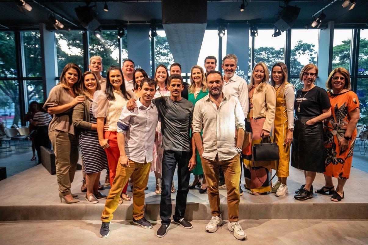 Ao lado dos designers Marcelo Rosenbaum e Rodrigo Ambrósio, Itamácio dos Santos posa com equipe da Pointer, da Portobello e profissionais participantes do evento.