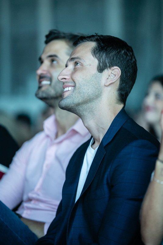 Apresentador Pedro Andrade e e arquiteto Eduardo Scoz atentos às palestras do Archtrends Summit.